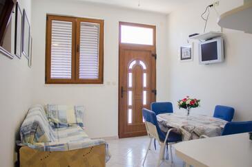 Arbanija, Salon dans l'hébergement en type apartment, climatisation disponible, animaux acceptés et WiFi.