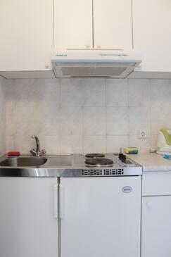 Arbanija, Kuhinja u smještaju tipa studio-apartment, kućni ljubimci dozvoljeni i WiFi.