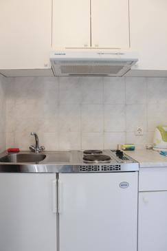Arbanija, Kitchen in the studio-apartment, (pet friendly) and WiFi.