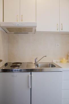 Arbanija, Kuchyně v ubytování typu studio-apartment, domácí mazlíčci povoleni a WiFi.