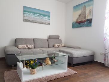 Kaštel Kambelovac, Obývacia izba v ubytovacej jednotke apartment, klimatizácia k dispozícii, domáci miláčikovia povolení a WiFi.