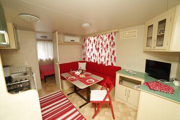 Bol, Jídelna v ubytování typu apartment, dostupna klima i WIFI.