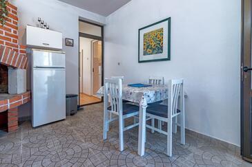 Jelsa, Dining room in the apartment, dostupna klima, dopusteni kucni ljubimci i WIFI.