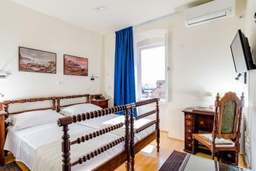 Sumartin, Ložnice v ubytování typu room, dostupna klima i WIFI.