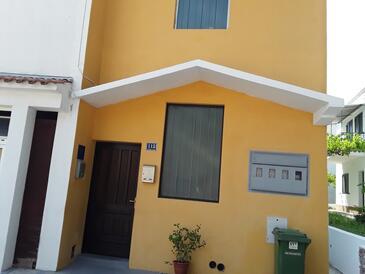 Drvenik Donja vala, Makarska, Objekt 13527 - Apartmaji v bližini morja s prodnato plažo.