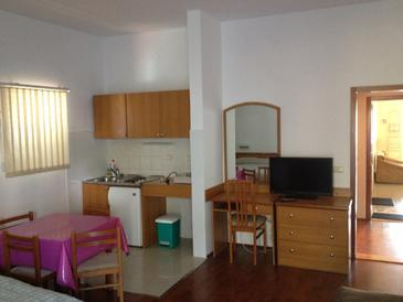 Srebreno, Woonkamer in the studio-apartment, air condition available, (pet friendly) en WiFi.