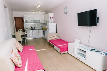 Brela, Living room in the apartment, air condition available and WiFi.