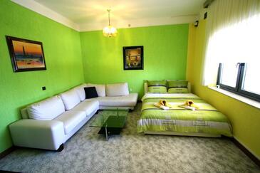 Pirovac, Obývacia izba v ubytovacej jednotke apartment, dostupna klima, dopusteni kucni ljubimci i WIFI.