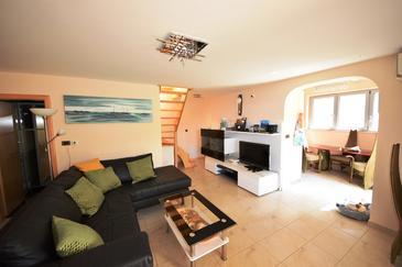 Uvala Koramaslinova, Obývacia izba v ubytovacej jednotke house, dostupna klima, dopusteni kucni ljubimci i WIFI.