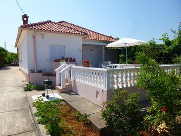 Ugljan, Ugljan, Объект 13764 - Апартаменты вблизи моря с галечным пляжем.