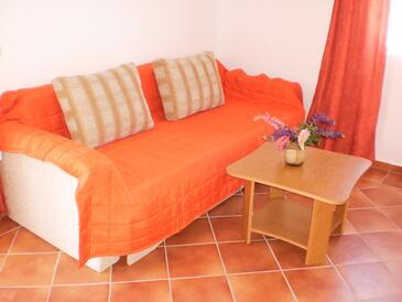Vir, Obývací pokoj v ubytování typu apartment, dostupna klima.