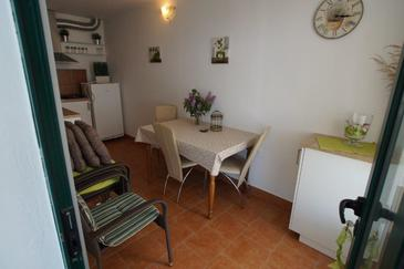 Zečja, Sufragerie în unitate de cazare tip house.