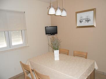 Okrug Gornji, Jadalnia w zakwaterowaniu typu studio-apartment, Dostępna klimatyzacja i WiFi.