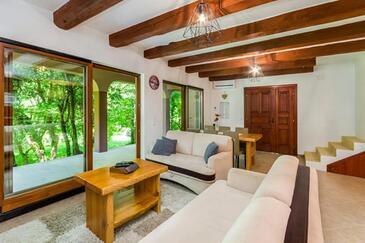 Tribalj, Obývací pokoj v ubytování typu house, domácí mazlíčci povoleni a WiFi.