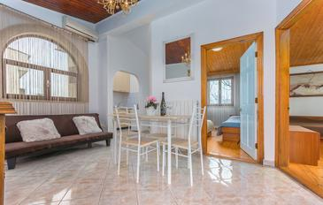 Poreč, Dining room in the apartment, air condition available, (pet friendly) and WiFi.