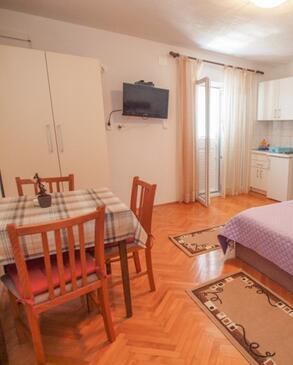 Tučepi, Blagovaonica u smještaju tipa studio-apartment, WiFi.