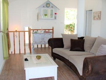 Ičići, Obývací pokoj v ubytování typu house, s klimatizací, domácí mazlíčci povoleni a WiFi.
