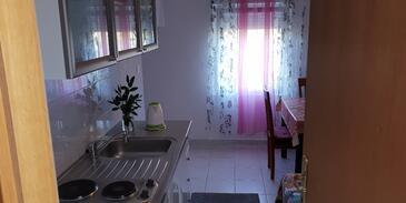 Grebaštica, Kuchyně v ubytování typu studio-apartment.