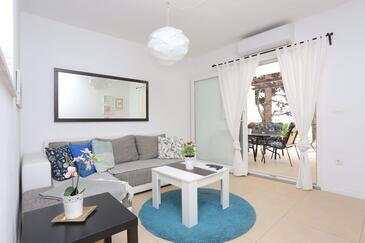 Podaca, Dnevni boravak u smještaju tipa apartment, dostupna klima i WiFi.
