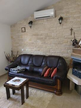 Popovići, Obývací pokoj v ubytování typu house, s klimatizací, domácí mazlíčci povoleni a WiFi.