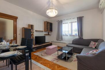 Naklice, Wohnzimmer 1 in folgender Unterkunftsart house, Klimaanlage vorhanden und WiFi.