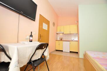 Makarska, Столовая в размещении типа studio-apartment, WiFi.