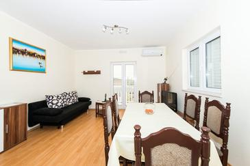 Čilipi, Living room in the apartment, air condition available, (pet friendly) and WiFi.