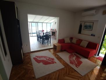 Marina, Living room in the apartment, air condition available, (pet friendly) and WiFi.