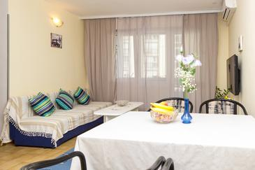 Omiš, Obývacia izba v ubytovacej jednotke apartment, klimatizácia k dispozícii, domáci miláčikovia povolení a WiFi.
