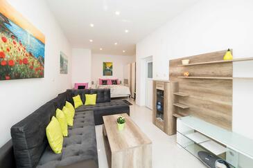 Crikvenica, Obývací pokoj 1 v ubytování typu house, s klimatizací a WiFi.