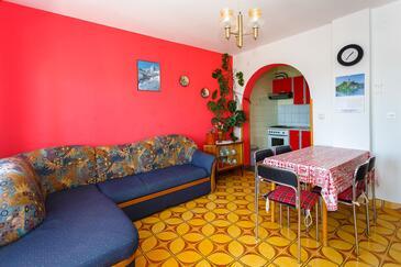 Krk, Obývacia izba v ubytovacej jednotke apartment, dostupna klima i WIFI.