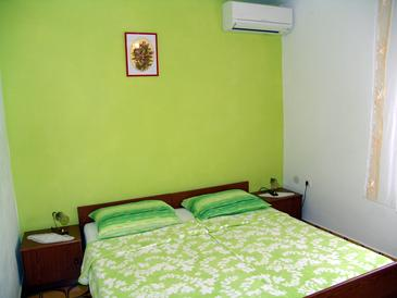 Krk, Spálňa v ubytovacej jednotke room, dostupna klima i WIFI.