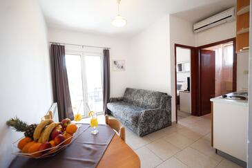 Bibinje, Dining room in the apartment, air condition available, (pet friendly) and WiFi.