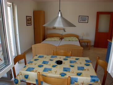 Seget Vranjica, Obývací pokoj v ubytování typu studio-apartment, domácí mazlíčci povoleni a WiFi.