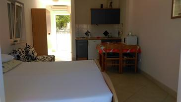 Seget Vranjica, Dining room in the studio-apartment, (pet friendly) and WiFi.
