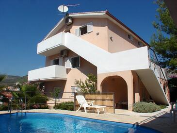 Seget Vranjica, Trogir, Объект 14409 - Апартаменты с галечным пляжем.