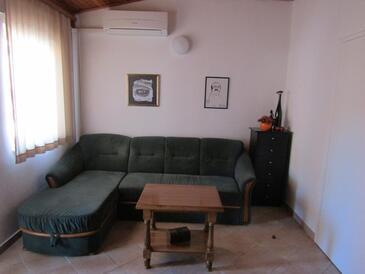 Tisno, Camera di soggiorno nell'alloggi del tipo apartment, condizionatore disponibile, animali domestici ammessi e WiFi.