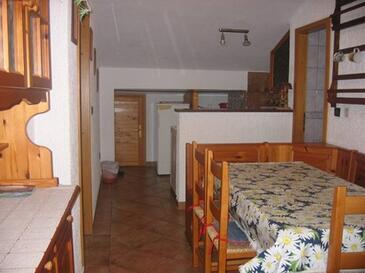 Krk, Sufragerie în unitate de cazare tip apartment, aer condiționat disponibil, animale de companie sunt acceptate şi WiFi.