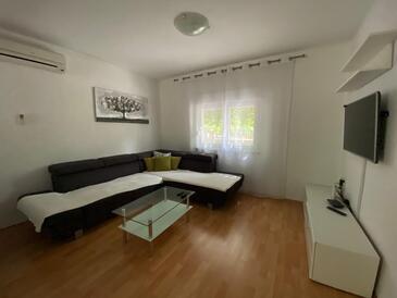 Povile, Obývací pokoj 1 v ubytování typu house, s klimatizací a WiFi.