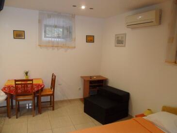 Split, Jedáleň v ubytovacej jednotke studio-apartment, klimatizácia k dispozícii a WiFi.
