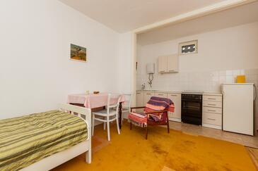 Kaštel Stari, Jídelna v ubytování typu studio-apartment, WiFi.