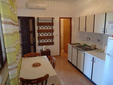Sukošan, Dining room in the studio-apartment, air condition available and WiFi.