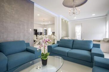 Stobreč, Obývacia izba 1 v ubytovacej jednotke house, dostupna klima i WIFI.