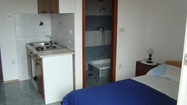 Gradac, Keuken in the studio-apartment, air condition available en WiFi.