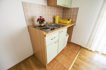 Rovanjska, Kitchen in the studio-apartment, WiFi.