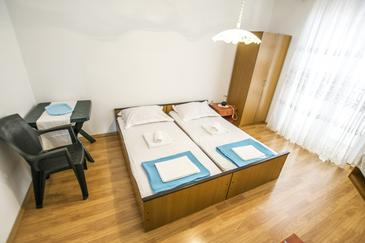 Rovanjska, Bedroom in the room, air condition available and WiFi.