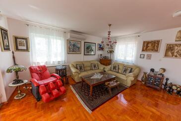 Arbanija, Dnevni boravak u smještaju tipa apartment, dostupna klima i WiFi.