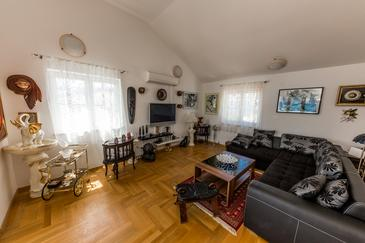 Arbanija, Living room in the apartment, air condition available and WiFi.