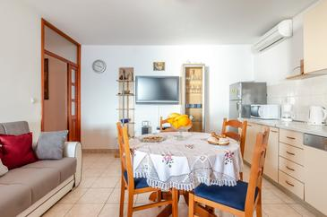 Karbuni, Dining room in the house, (pet friendly) and WiFi.