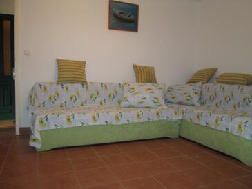 Bristva, Obývací pokoj v ubytování typu house.